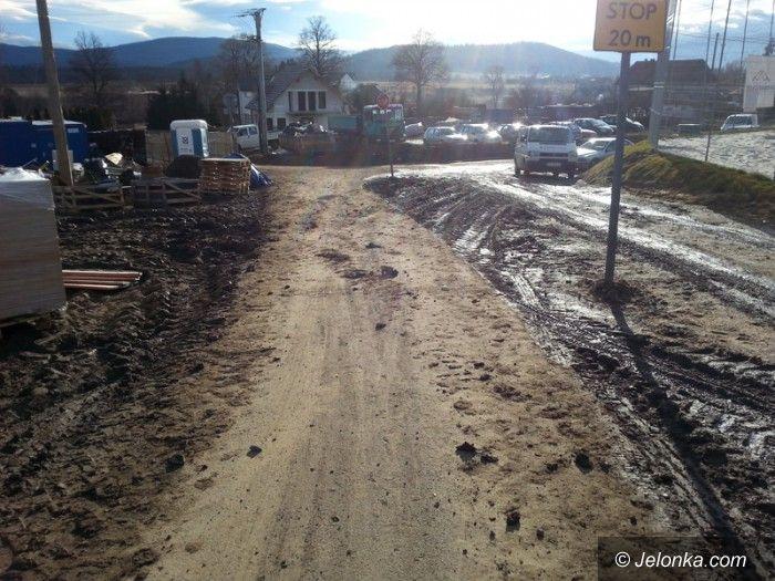 Jelenia Góra: Zabrudzona ścieżka rowerowa już posprzątana