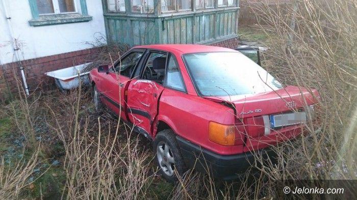 Jelenia Góra: Samochód uderzył w latarnię i wpadł na posesję