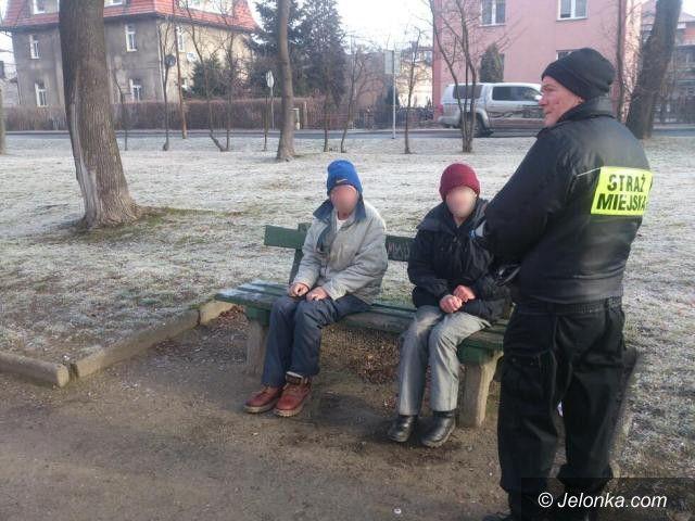 Jelenia Góra: Wychłodzeni bezdomni na ławce w parku