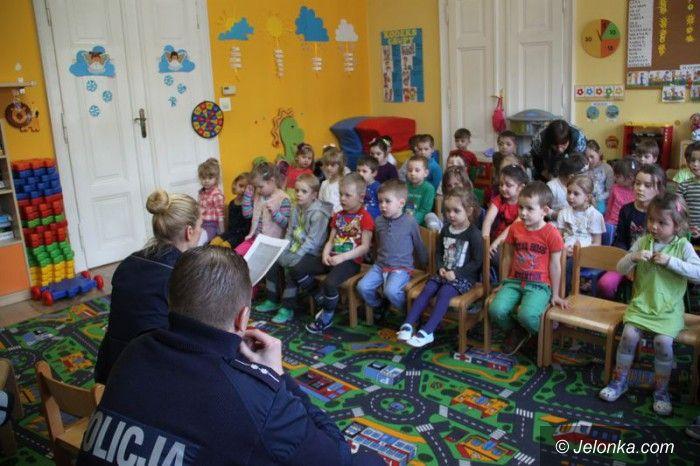 Jelenia Góra: Policjanci czytają dzieciom
