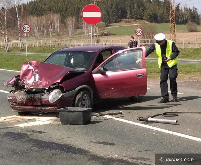 Jelenia Góra: Zderzenie dwóch aut, troje dzieci w szpitalu