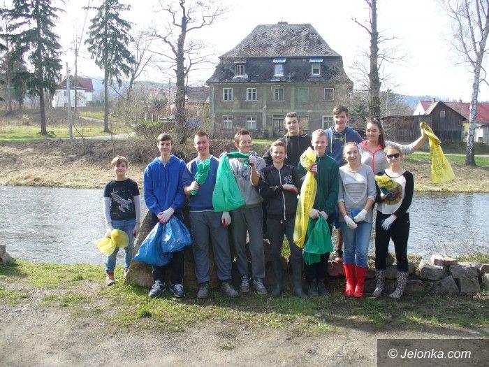 Janowice Wielkie: Uczniowie sprzątali brzegi Bobru