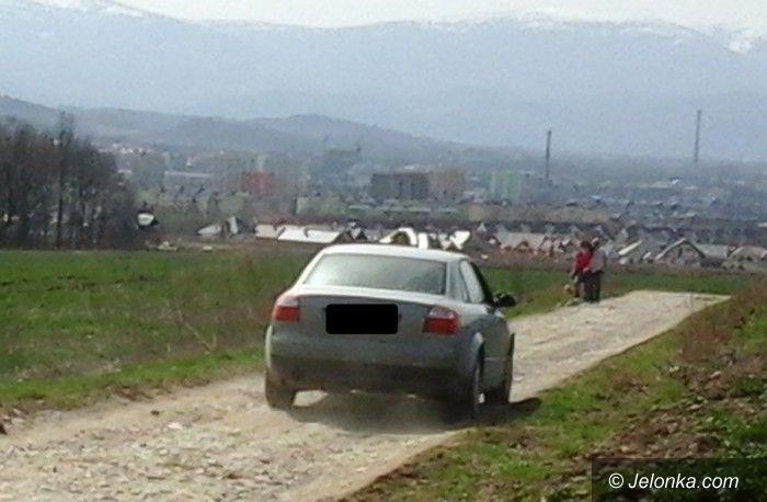 Jelenia Góra: Kierowcy bez kultury kurzą na spacerowiczów