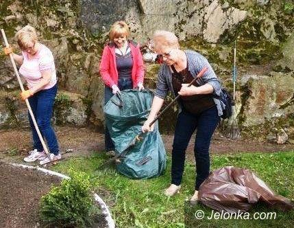 Janowice Wielkie: Posprzątali przy pomniku, posadzili kwiaty