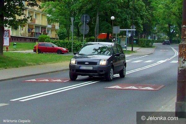 Jelenia Góra: Na Osiedlu XX–lecia kierowcy łamią przepisy