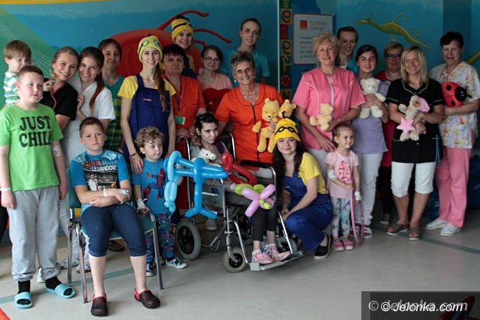 Jelenia Góra: Terapia zabawą i śmiechem szpitalnych dzieci