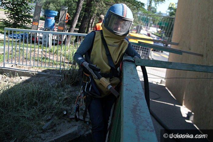 Jelenia Góra: Renowacja barierek mostu… kobiecą ręką