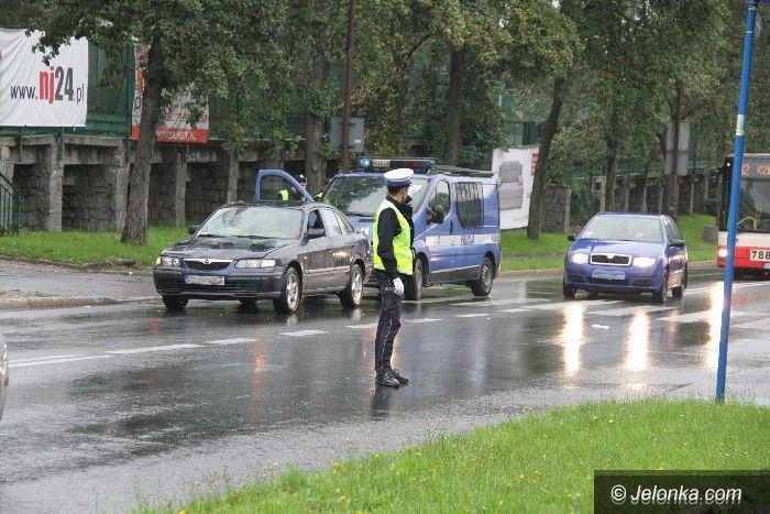 Jelenia Góra: Kierowca potrącił pieszych na przejściu. Dwie osoby są ranne