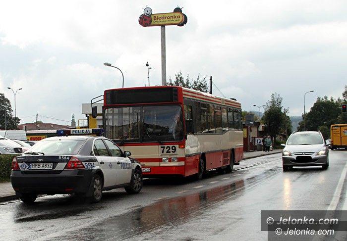 Jelenia Góra: Zajechał drogę autobusowi. Do szpitala trafiła 75–latka