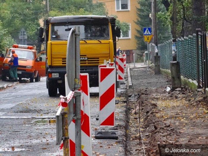 Jelenia Góra: Ruszył remont chodnika, kiedy budowa kortu?