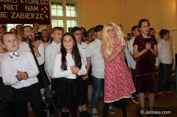 Jelenia Góra: Życzenia, piosenki i wiersze dla nauczycieli w SP 2