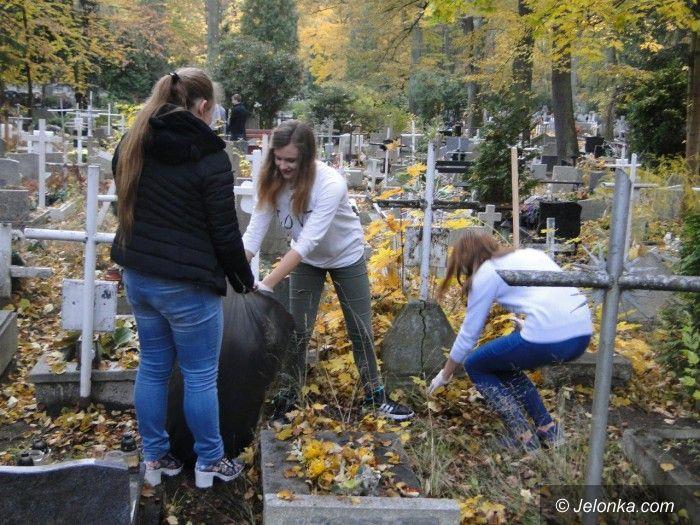 Jelenia Góra: Młodzież z Bursy Nr 1 sprzątała zapomniane groby