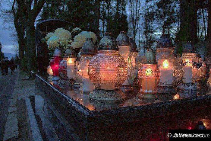 Jelenia Góra: Jeleniogórzanie odwiedzają groby bliskich
