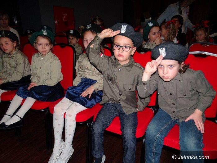 Jelenia Góra: Przedszkolaki w pięknym przeglądzie patriotycznym