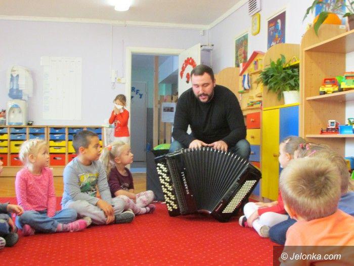 Jelenia Góra: Akordeonista Piotr Wyrostek u przedszkolaków