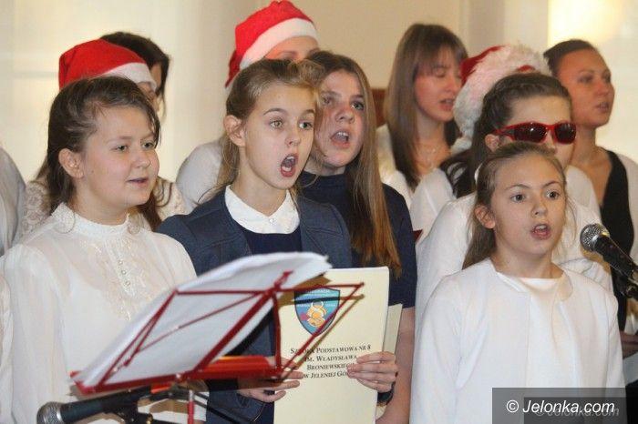 Jelenia Góra: Studenci i dzieci wspólnie śpiewali kolędy