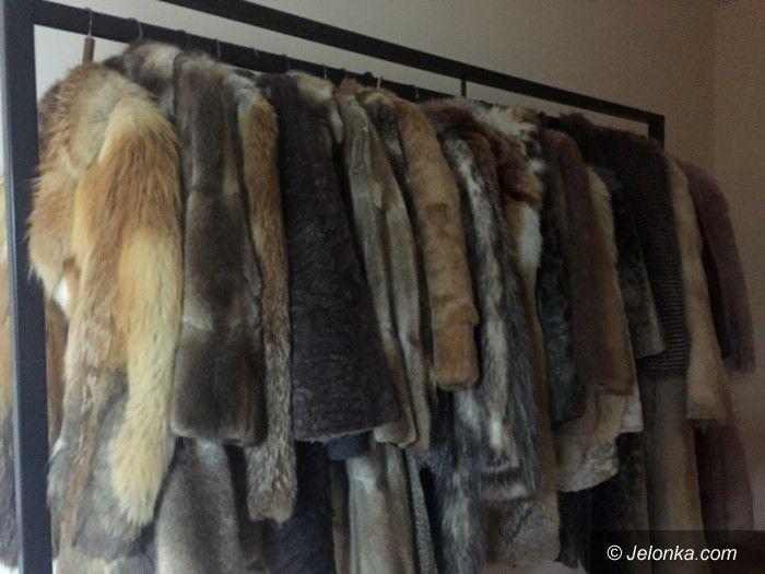 Jelenia Góra: W Teatrze Norwida... sprzedają futra