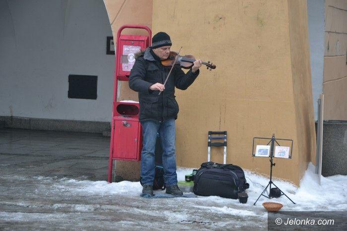 Jelenia Góra: Niezwykły skrzypek z Ukrainy pod Ratuszem