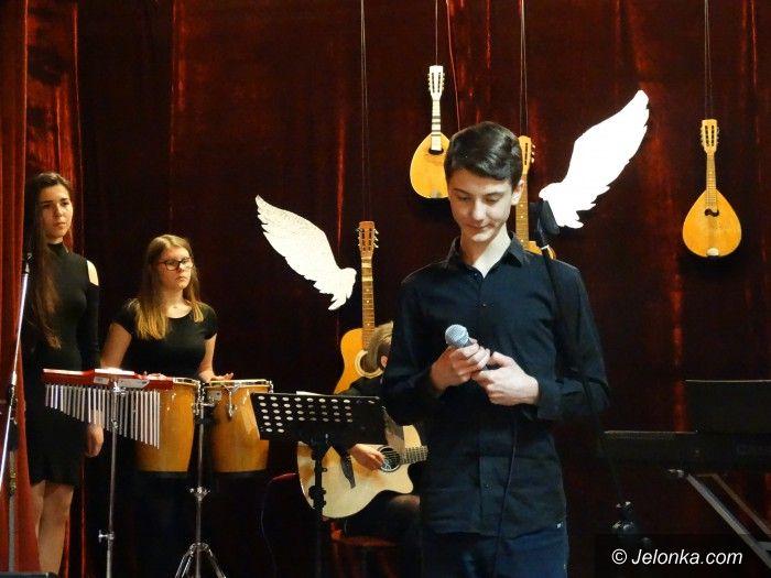 Jelenia Góra: Młodzi pięknie recytowali i śpiewali w MDK