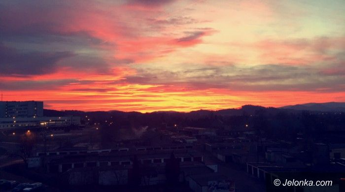 Jelenia Góra: Purpurowe niebo nad miastem