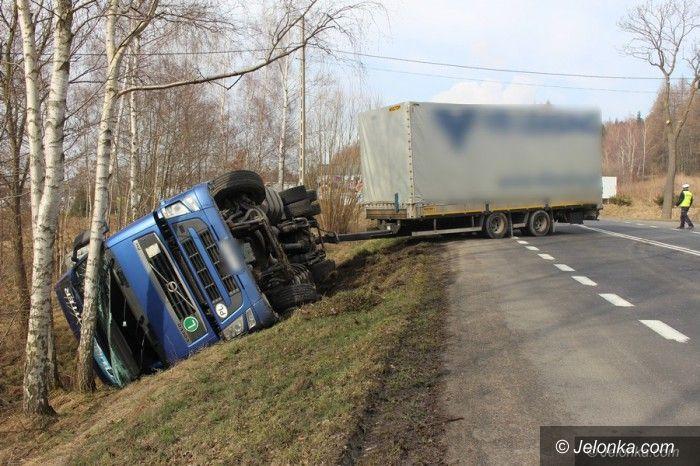 Jelenia Góra: Przewróciła się ciężarówka – ruch wahadłowy