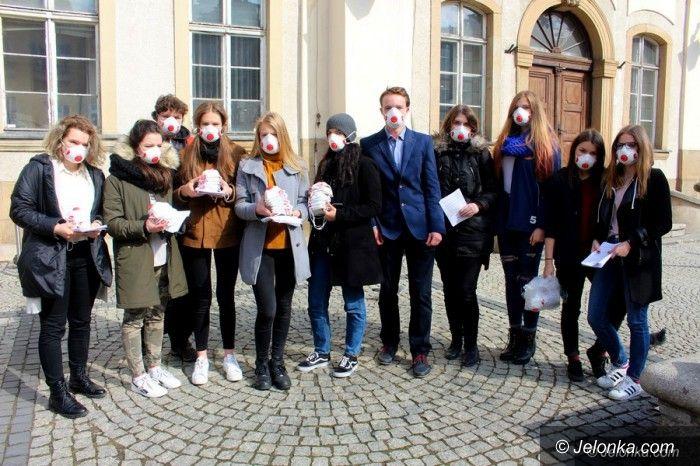 Jelenia Góra: Młodzież wręczała maseczki antysmogowe