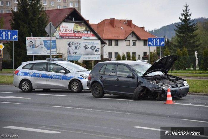Jelenia Góra: Zderzenie dwóch aut na Alei Jana Pawła II