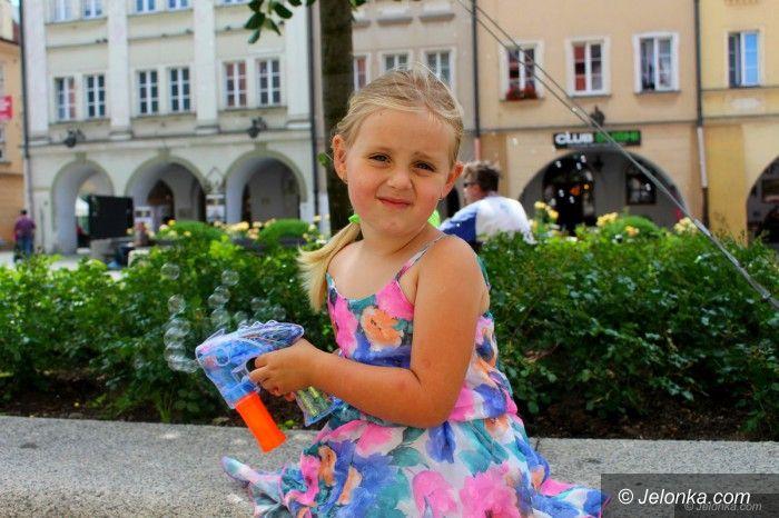 Jelenia Góra: Plac Ratuszowy pełen baniek mydlanych