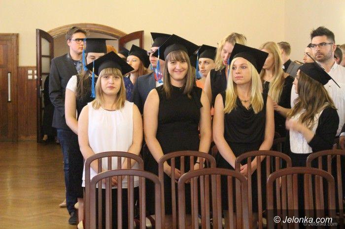 Jelenia Góra: Studenci odebrali dyplomy
