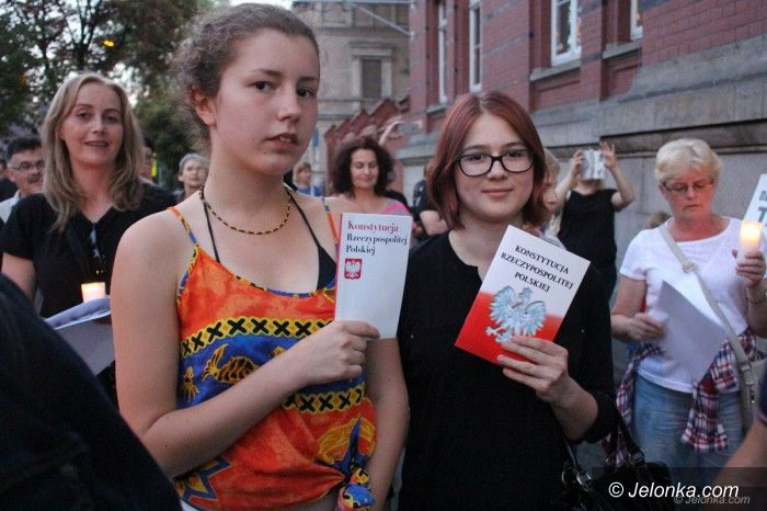 Jelenia Góra: Opozycja nadal protestuje, apelują o weto