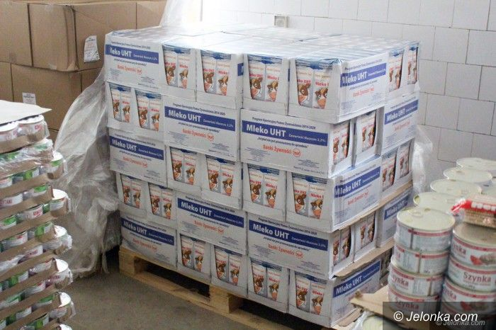 Jelenia Góra: Przy MOPS–ie wydają żywność potrzebującym
