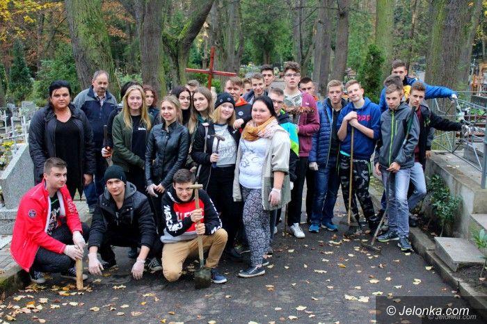 Jelenia Góra: Młodzież z Bursy Szkolnej w czynie społecznym