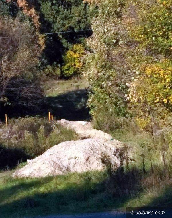 Jelenia Góra: Zasypana dróżka na cmentarz