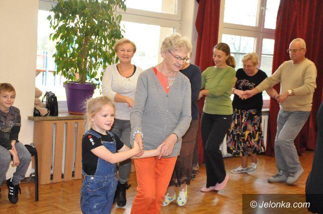 Jelenia Góra: Seniorzy z dziećmi w tanecznej podróży