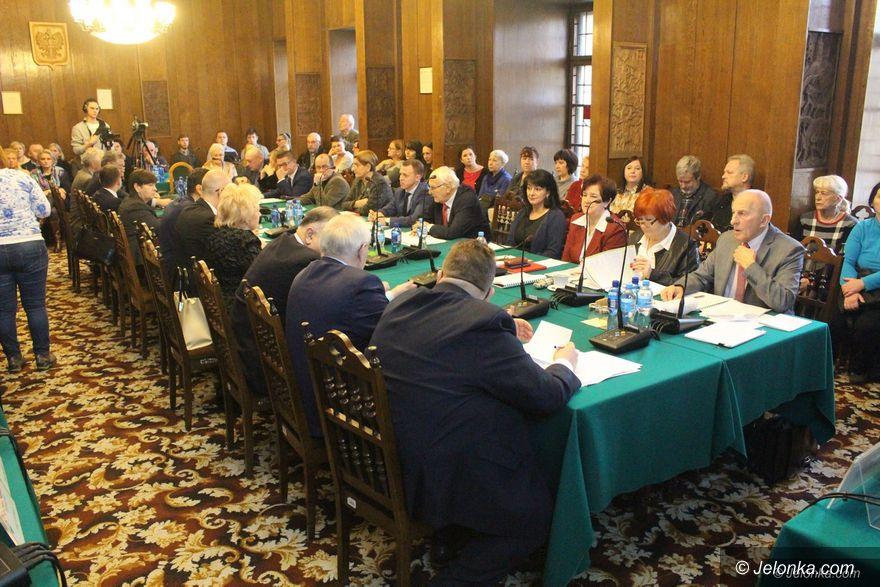 Jelenia Góra: Syn radnej zwolniony przed sesją budżetową