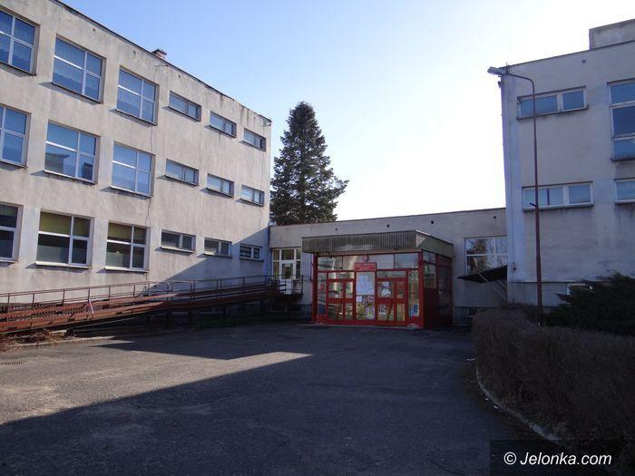 Region: Szkoła w Łomnicy przed termomodernizacją