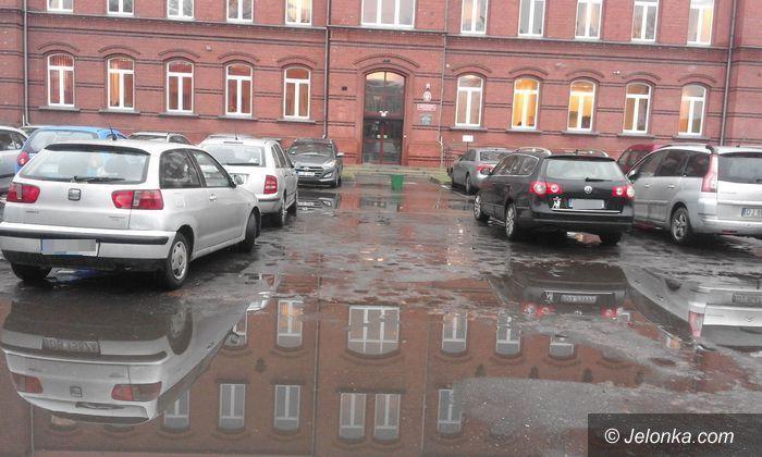 Jelenia Góra: Bajoro na parkingu przed siedzibą MOPS–u