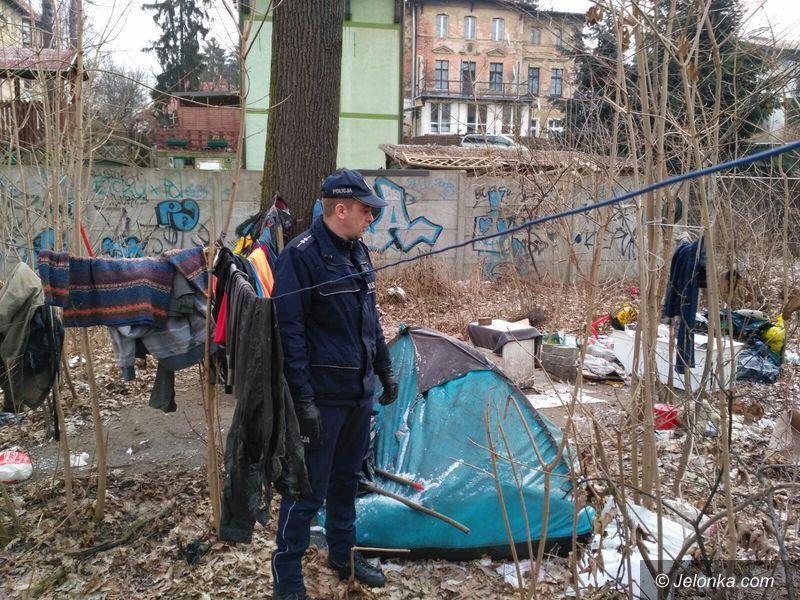 Jelenia Góra: Policjanci uratowali bezdomnemu życie