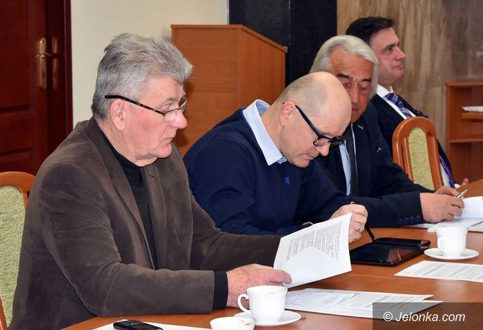 Powiat: Radni dyskutowali o podwyżkach w Starostwie