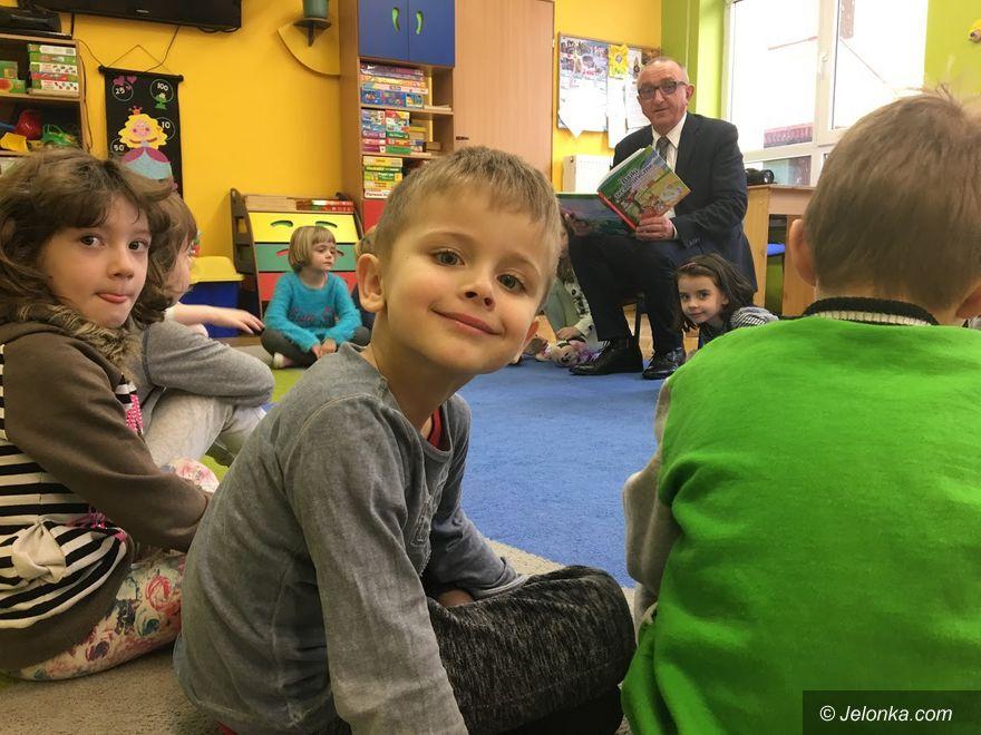 Jelenia Góra: Urzędnicy i radni czytają przedszkolakom