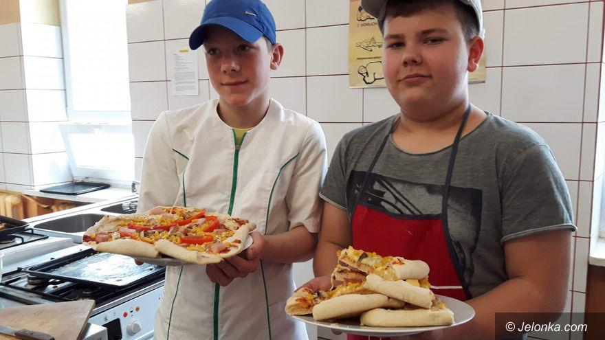 """Jelenia Góra: Uczniowie z """"15"""" byli w gościnie w ZSPUiBS i gotowali"""
