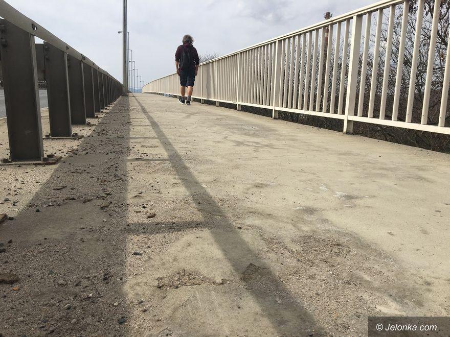 Jelenia Góra: Chodnik na wiadukcie do naprawy