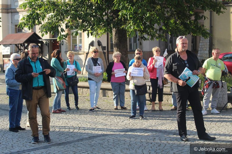 Jelenia Góra: Wspierają protest rodziców