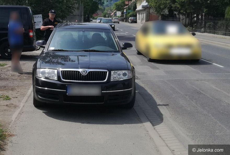 Jelenia Góra: Zaparkował na chodniku!