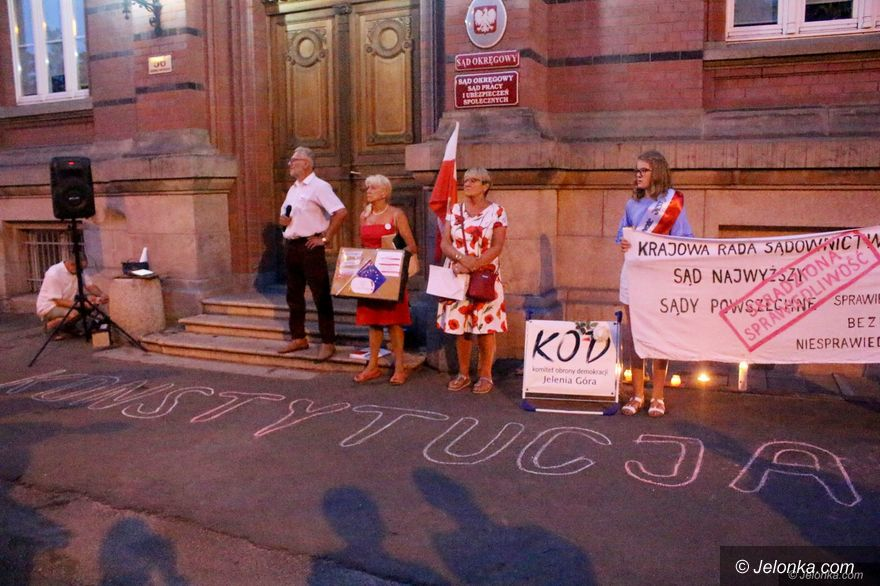 Jelenia Góra: KOD nadal protestuje