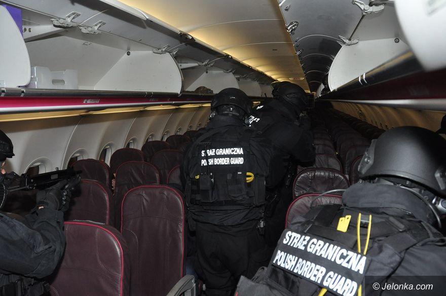 Region: Awanturnik musiał opuścić samolot