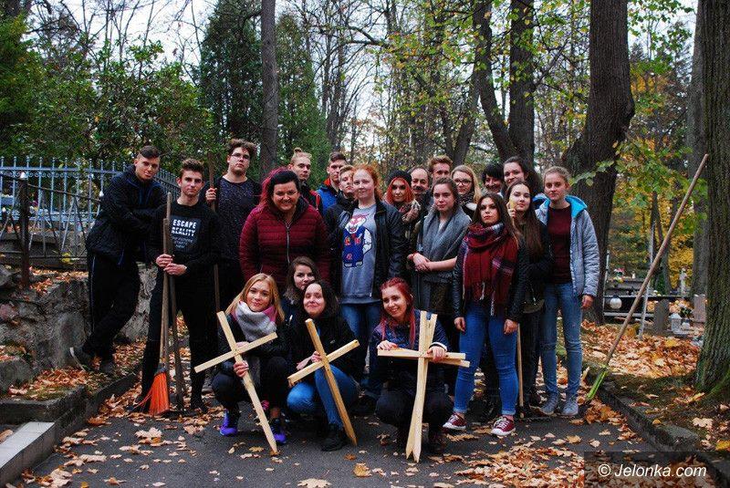 Jelenia Góra: Uczniowie z bursy posprzątali groby