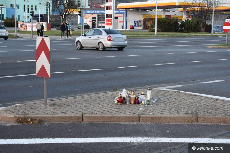 Jelenia Góra: Ludzie stawiają znicze, po tragedii wciąż są w szoku