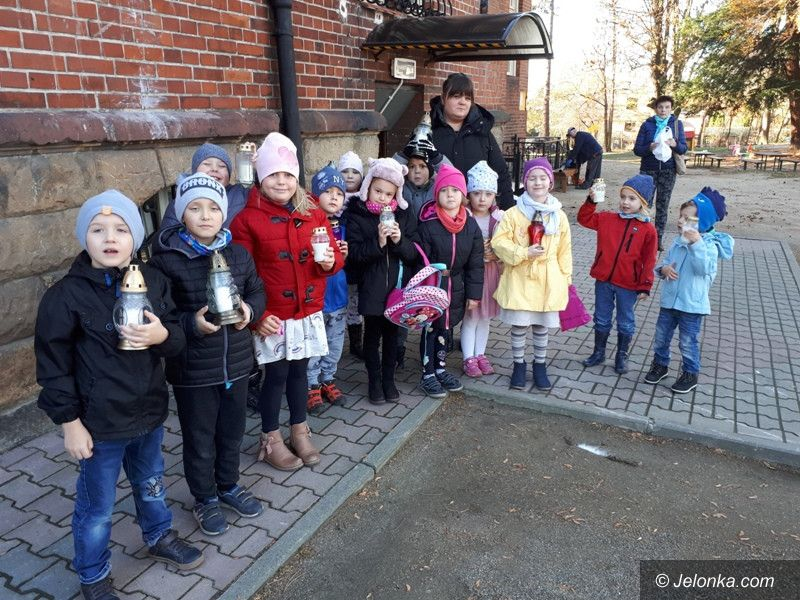 Jelenia Góra: Dzieci zapaliły znicze