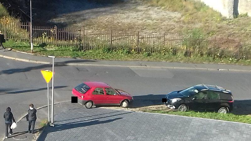 Jelenia Góra: Parkują na chodniku!